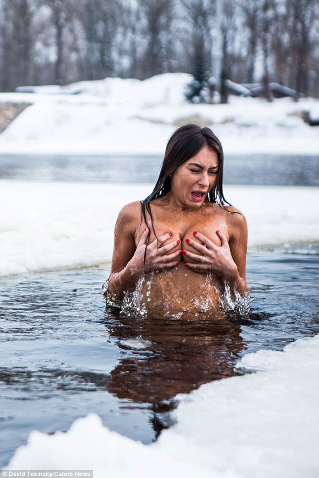 woman naked in snow the